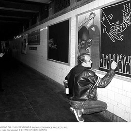 キース・ヘリング - Photo by Tseng Kwong Chi. 1981 Copyright © Muna Tseng Dance Projects Inc. Subway Drawing. 1981 Copyright © Estate of Keith Haring