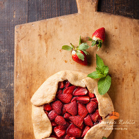 Natalia Lisovskaya - Strawberry pie on wooden background
