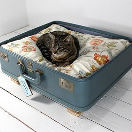 Pet bed - Upcycled pet beds Fresh Start for Vintage Suitcases: Pet Furniture from Atomic Attic
